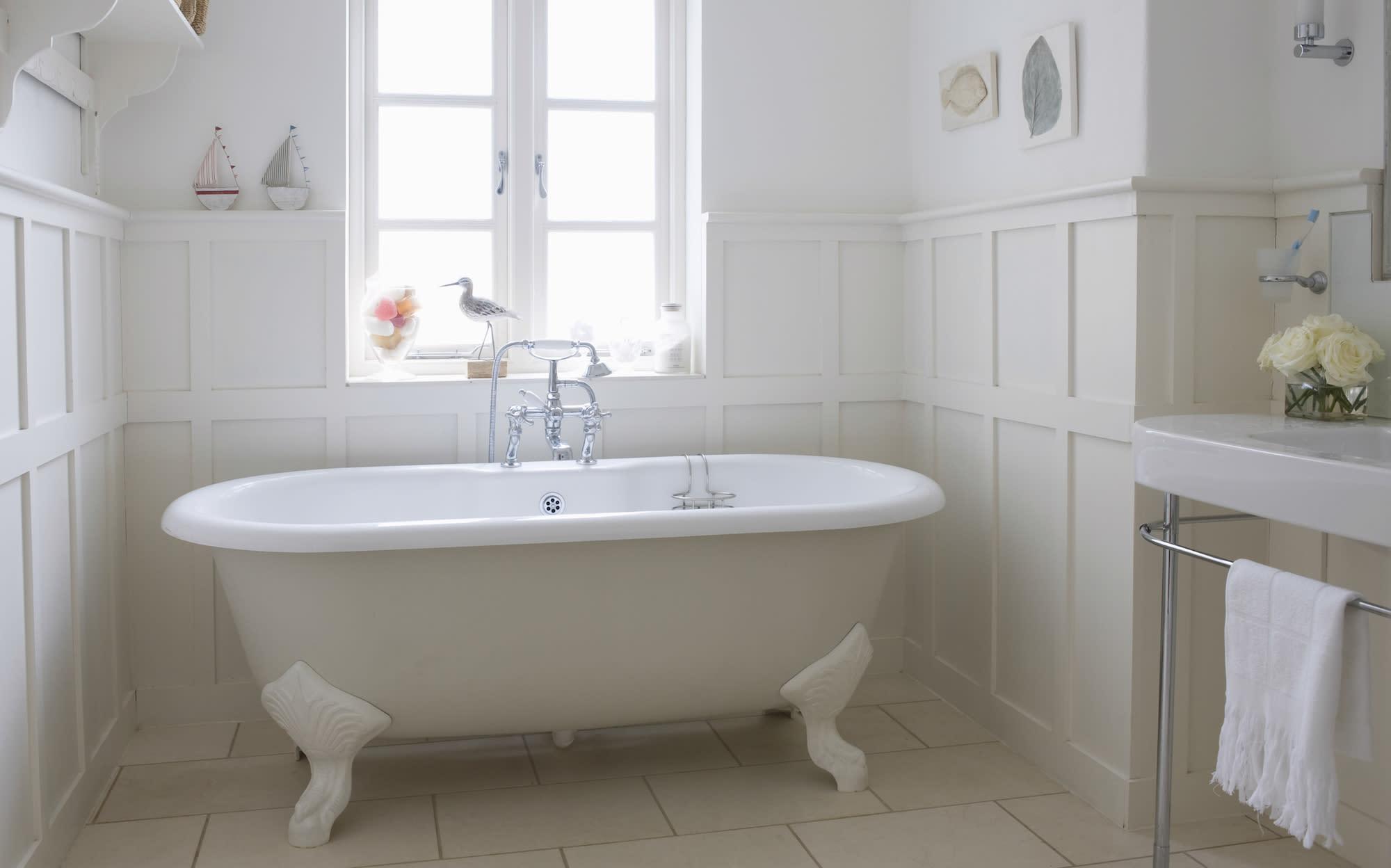 mit diesem simplen trick bekommt man die badewanne wieder wei. Black Bedroom Furniture Sets. Home Design Ideas