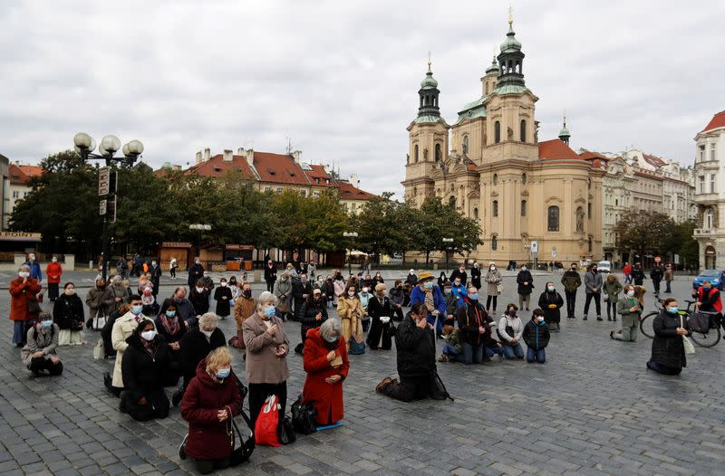 Czechs to wait two weeks before considering COVID lockdown