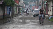 Guatemaltecos se arman para combatir pandemia y violencia al pie de furioso volcán