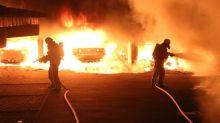Feuerwehreinsatz: Autos brennen in Neukölln - Anwohner in Lebensgefahr