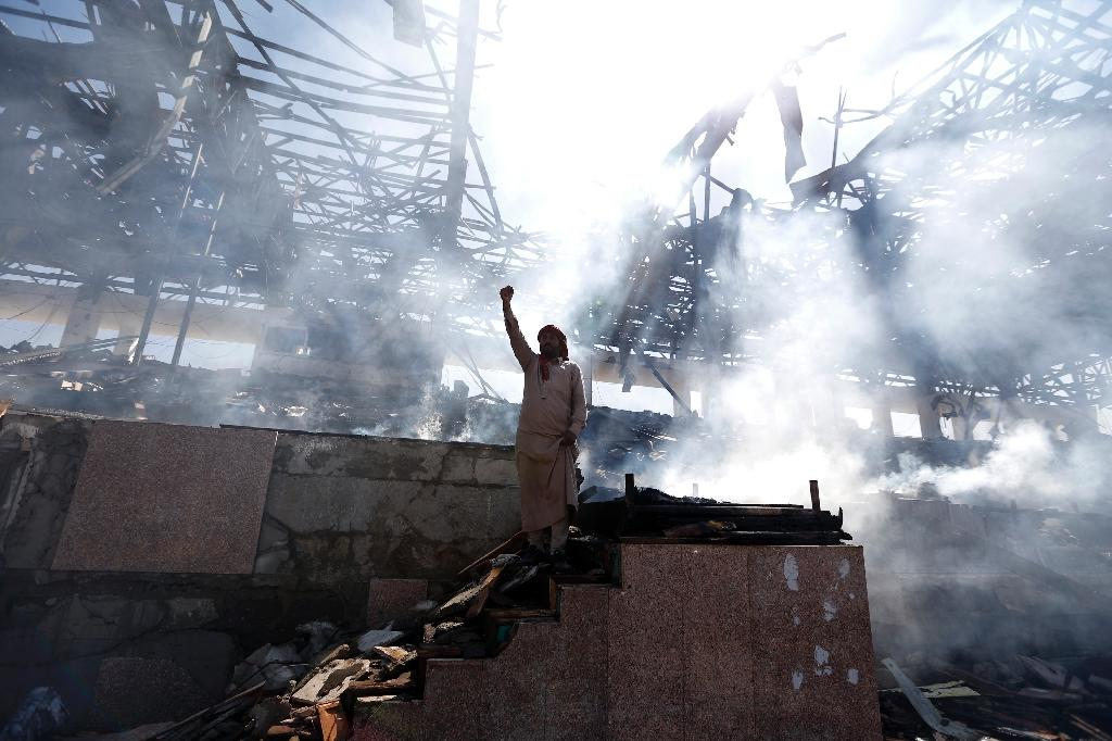 A Yemeni man gestures on November 5, 2017 at the site of an air strike in the capital Sanaa, where a Saudi-led coalition has been bombing Iran-backed Shiite rebels (AFP Photo/MOHAMMED HUWAIS)