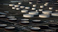 Oil Extends Drop Near $32 on Signs U.S. Stockpiles Swelled