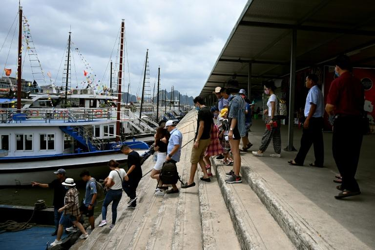 Hundreds waited to board tourist boats in Ha Long Bay (AFP Photo/Manan VATSYAYANA)