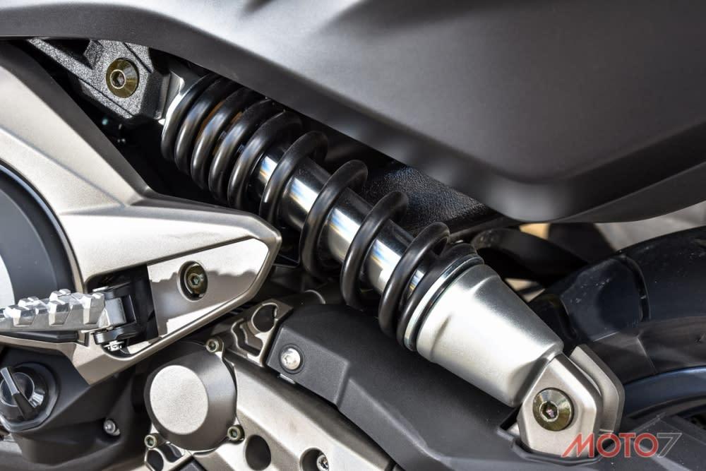 水平單槍後避震的設計,更提升車輛在彎中穩定度的表現。