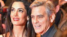 George y Amal Clooney reparten tapones para los oídos en un avión cuando viajaban con sus mellizos