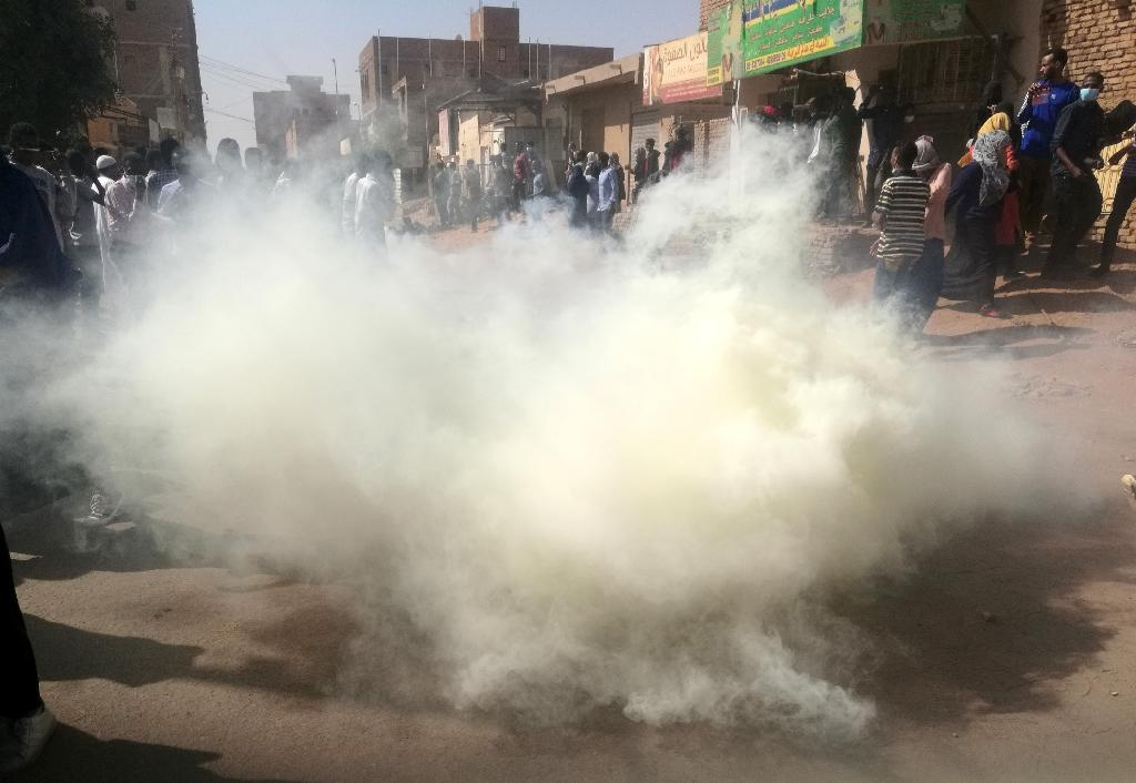 Sudanese police fire tear gas at hundreds of protesters trying to march on the presidential palace in the capital Khartoum on January 24, 2019, as protests have rocked the country since December 2018