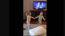 Gemelas bebés enternecen a las redes al imitar a los personajes de 'Frozen'