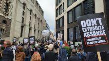 """""""Que cherchent-ils à faire, le faire taire jusqu'à sa mort ?"""" : à Londres, les soutiens de Julian Assange manifestent leur colère"""