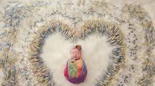 Bebê posa ao lado das 1,616 injeções que ajudaram sua mãe a engravidar