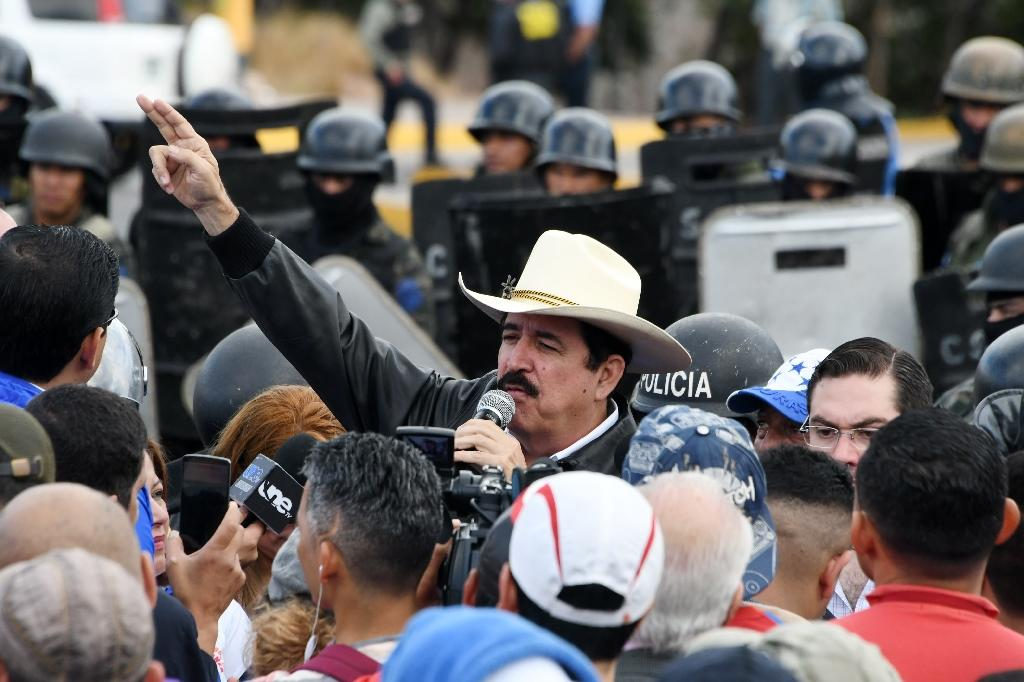 The leader of the Honduran Opposition Alliance Against the Dictatorship in the past election, Manuel Zelaya (C), leads a protest outside Congress against the reelection of Juan Orlando Hernandez (AFP Photo/ORLANDO SIERRA)