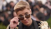 Justin Bieber Makes Love to Floor in Surprise Boyz II Men Cover