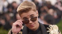 Justin Bieber Makes Love to Floor in Surprise Boyz II Men Cover