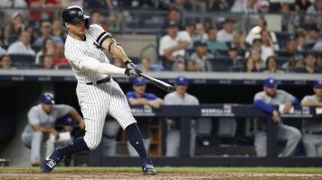 Stanton leaves game with knee contusion