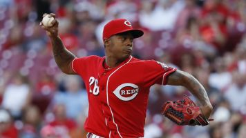 Closer Iglesias agrees to new 3-year deal with Reds