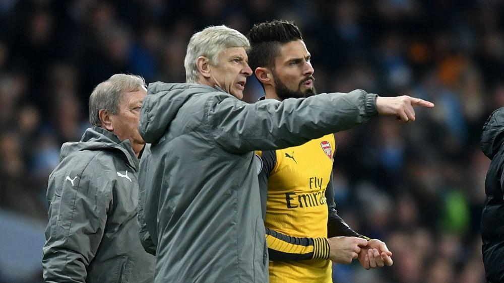Giroud urges Wenger to renew Arsenal deal