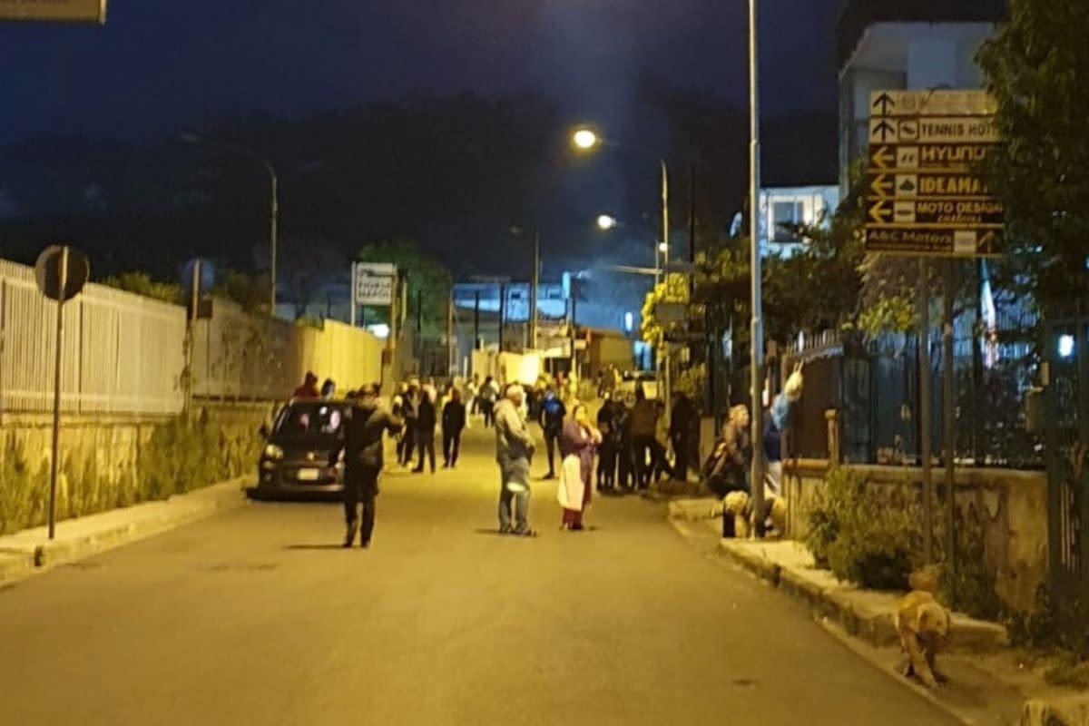 Terremoto a Napoli, scosse in sequenza: paura e gente in strada