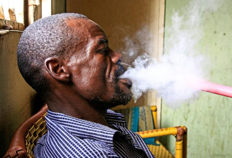 Shisha smokers can now enjoy their hubbly-bubbly without fear of arrest in cafes in Khartoum (AFP Photo/Ebrahim HAMID)