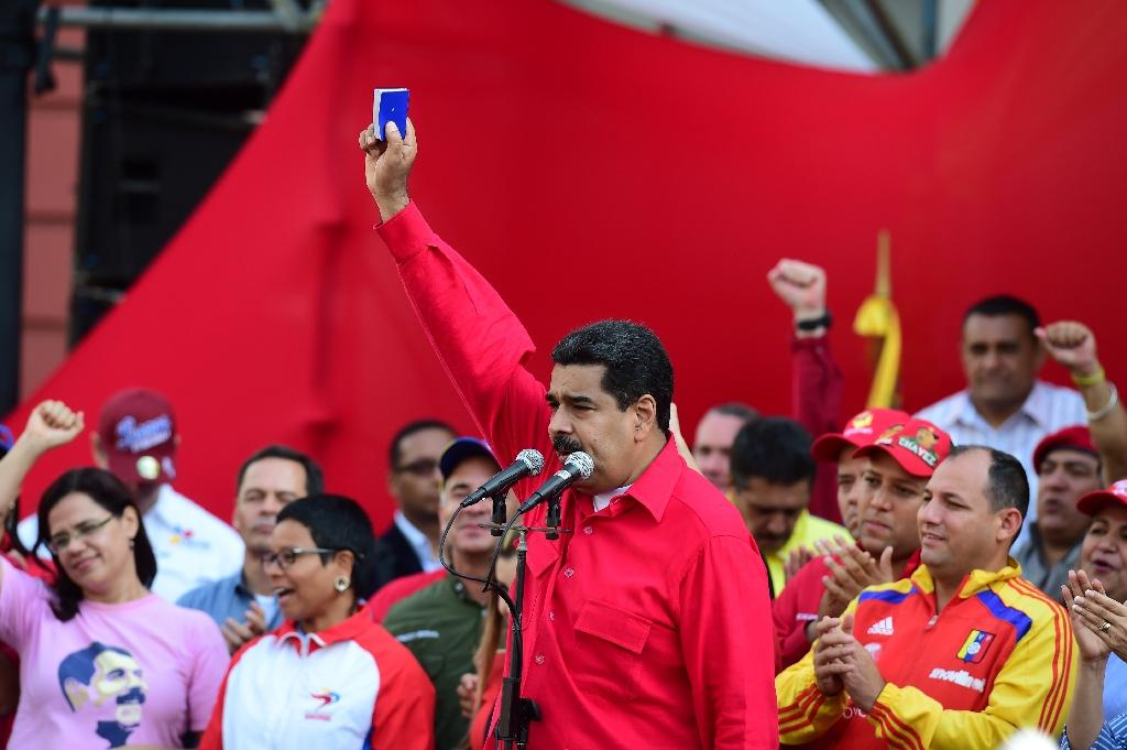 Venezuelan President Nicolas Maduro, who is resisting efforts by the opposition to remove him from power in a volatile political crisis, delivers a speech to supporters in Caracas on October 25, 2016 (AFP Photo/Ronaldo Schemidt)