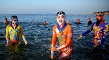 Skurrile Modetrends: Wie Chinesen sich vor Sonne und Smog schützen