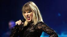 Taylor Swift invites fans round to listen to her album
