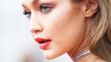 熱愛性感紅唇的 Gigi Hadid,這次竟然挑戰極小眾的唇色-灰色!