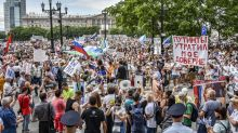 Massive protest against governor's arrest challenges Kremlin