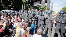 Kundgebungen: Anti-Corona-Demo: Zug der Empörten - 18 Polizisten verletzt