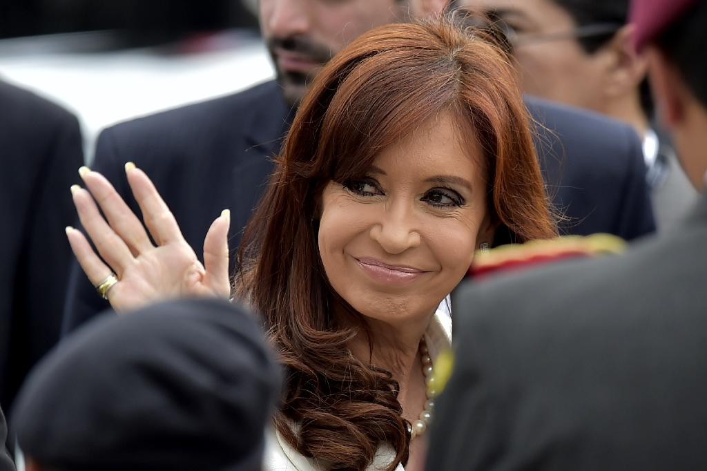 Argentine President Cristina Kirchner waves in Quito on December 5, 2014 (AFP Photo/Rodrigo Buendia)