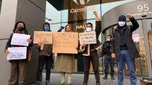 Militantes protestam na sede mundial do Carrefour por morte de Beto Freitas