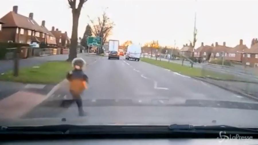 VIRALPRESSE Investito da un auto in corsa, bambino salvo per miracolo