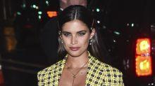 Sara Sampaio se roba el show con este sexy look de Versace