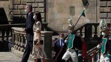 """Los reyes en Santiago, bien recibidos, incluso con pancartas: """"Prefiero a Felipe que a Echenique"""""""