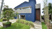 Uma casa moderna em Porto Alegre onde o azul é a cor protagonista
