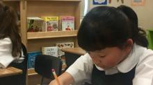 Nació sin manos y a los 10 años de edad ganó un premio de escritura