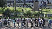 Trabalhadores madrugam na fila em busca de vaga em mutirão de empregos