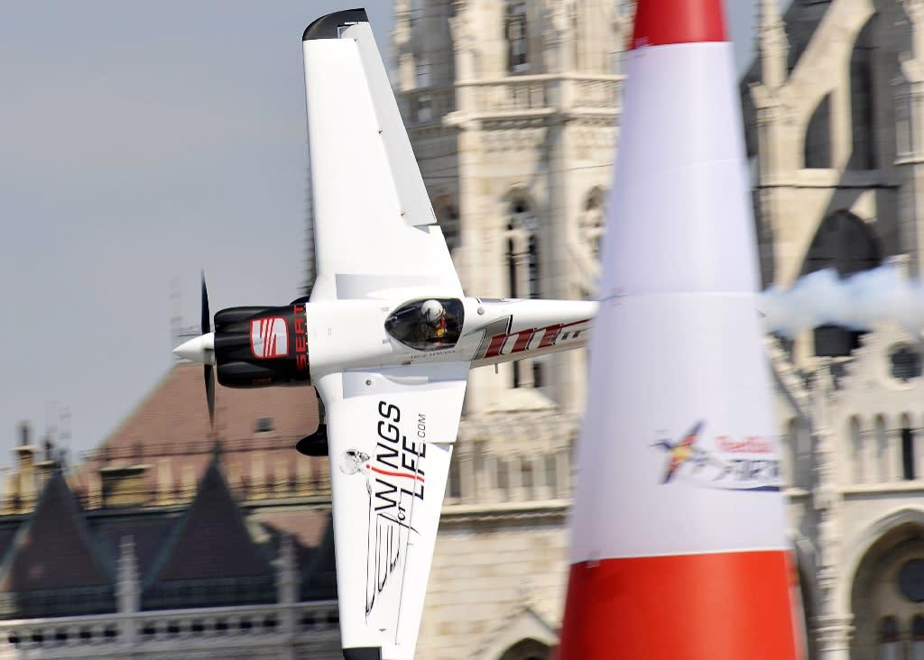 US aerobatics champion dies in plane crash