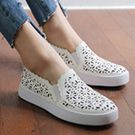透氣款雕花小白鞋