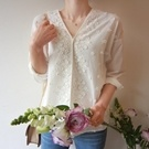 正韓 V領點綴白色布蕾絲花朵七分袖棉麻上衣