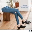 帶有彈力的窄管牛仔褲,雕塑雙腿穿出顯瘦感