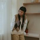 柔軟舒適的針織面料 復古菱格紋 搭配大地色系撞色感印花 整體柔和文青又不失可愛 內搭洋裝或襯衫都合適
