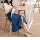 在中長裙的版型做開衩設計,讓牛仔裙更時尚更美式
