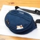 拉鍊主要開口 內裡為防水布 包包後面有透氣網布