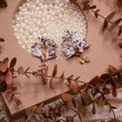 羽毛般輕盈的印花喬琪紗小花朵 層層疊疊流蘇般的小花 螺旋鍍金圈增添異國風情