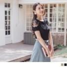 透膚蕾絲拼接袖設計,搭配質感細緻的電繡繡花,散發微性感又不失典雅的姊姊氣息~