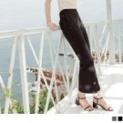 質地柔軟的不易皺面料,穿著舒適的後鬆緊設計,彈性貼合腰部與腿部,褲腳小喇叭設計