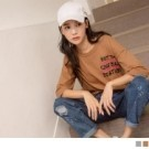 選用台灣製造的高含棉面料,親膚舒適 撞色的英文字母印花設計,展現率性的潮流街頭風
