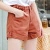 吸濕透氣的高含棉洗水斜紋單寧面料 高腰斜角反摺版型,顯露出纖細腿長修飾蜜大腿