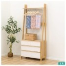簡約的開放式衣櫃,櫃腳設計清爽不沉重。自然的原木色調與房間完美搭配。橫桿上方平台