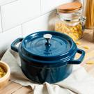 ‧ 蒸、煮、燉、滷,多種烹飪方法 ‧ 導熱性良好,鎖住食物鮮味 ‧ 鑄鐵鍋具,持久保溫