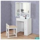 ※圖片使用白色款式說明,僅供參考。 附有多處便利收納空間的三面鏡化妝台。 正面大